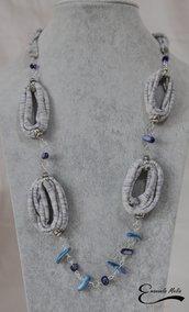 Collana donna lunga con madreperla blu e azzurra, fettuccia grigia striata cristalli blu