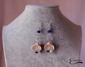 Orecchini pendenti conchiglia beige con tartarughe argento tibetano e pietre blu e bianche