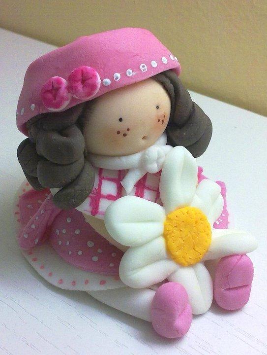 Bambolina con fiore