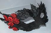 Maschera per carnevale fatta di vera pelle con fiori colore rosso