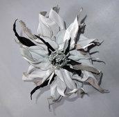 Fiore di vera pelle  di colori bianco e nero