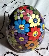 Uovo contenitore con  apertura irregolare di ceramica vivacemente dipinta  con margherite che ridono
