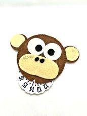 Scimmietta Disco orario in feltro cucito a mano