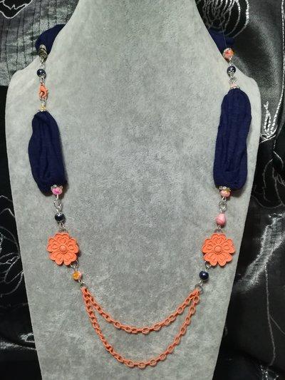 Collana donna stoffa fettuccia blu doppio filo catena fiori arancione rosa