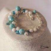 Bracciale donna pietre dure azzurre e bianche. Ciondoli charme croce