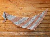 scialle uncinetto boomerang in tintura naturale con le piante blu menta e beige rosato. Sciarpa ecofriendly di forma triangolare per ragazza