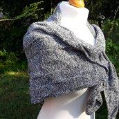 sciarpa asimmetrica lavorata a maglia ai ferri, scialle triangolare di colori neutri per donna, regalo di natale per lei, mamma, ragazza