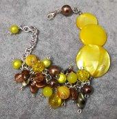 Bracciale madreperla pietre dure sui toni del giallo, ambra e marrone. Regolabile donna