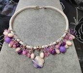 Girocollo in ecopelle bianca tempestato da pietre rosa e viola e fiore in madreperla lilla
