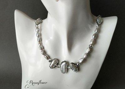 ... Collana lunga elegante con perle barocche di fiume color grigio 655effa7d794