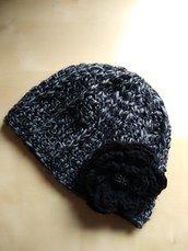Berretto cappello lana merinos a uncinetto donna con fiore grigio nero