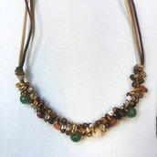 Collana con cordini in alcantara avvolti da perle e conteria nei toni del marrone