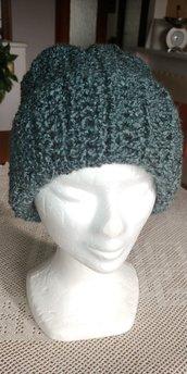 Cappello di lana bouclè di color verde perlato caldo e morbido realizzato a uncinetto a mezza maglia alta