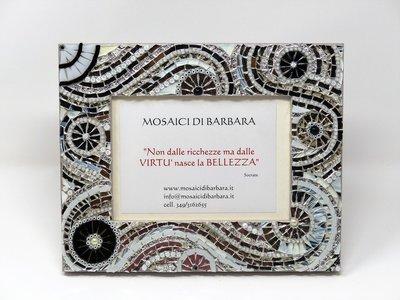 Cornice Porta Foto decorata in Mosaico nelle tonalità dell'Argento, Bianco e Nero con texture circolare