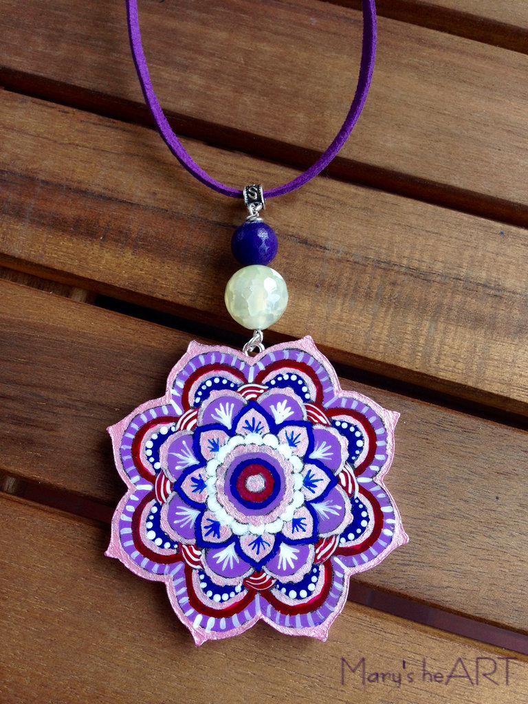 Collana con ciondolo Mandala in legno dipinto a mano e pietre dure