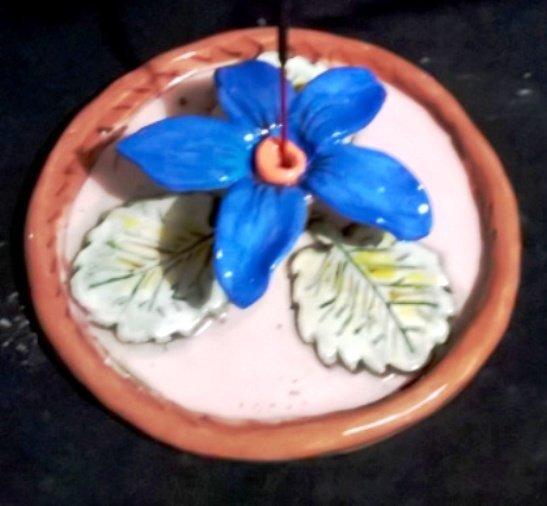 Piattino rotondo brucia incenzo di ceramica manufatto con fiore applicato con foro centrale per il bastoncino