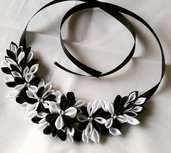Collana floreale kansashi in bianco e nero
