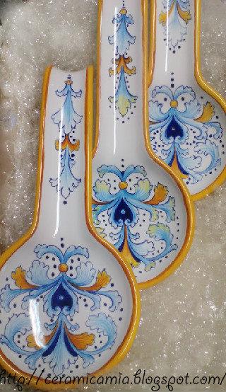 Poggiamestolo di  ceramica dipinto a mano