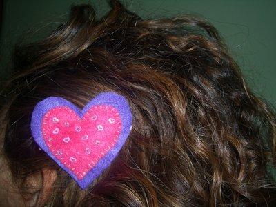 Molletta per capelli con cuore fucsia.