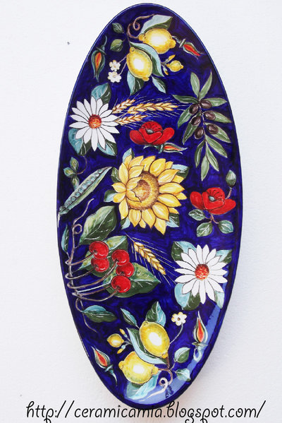 Piatto da portata di ceramica dipinto a mano