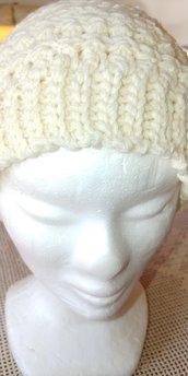 Cappello di lana caldo e morbido di color panna realizzato a uncinetto con punti fantasia