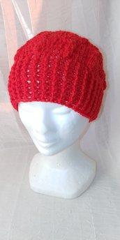 Berretto di lana color rosso per donna e bambina realizzato a uncinetto con lavorazione a rilievo