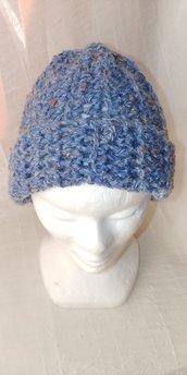 Cappello di lana bouclè di color avion con piccoli intarsi di color giallo rosso panna -caldo e morbido realizzato a uncinetto a mezza maglia alta