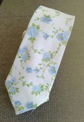 Cravatta floreale in cotone.