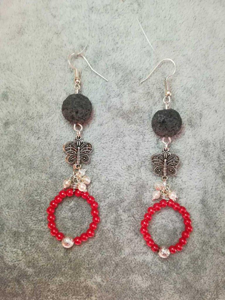 Orecchini pietra lavica nera perline cerate rosse bianche farfalle argento tibetano