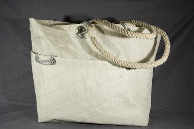 Borsa realizzata con vela riciclata e manici in corda intrecciati. Handmade in Italy