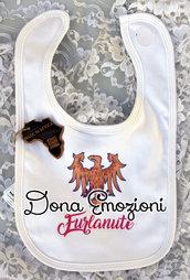 """Bavaglino bianco per bebè con aquila del Friuli e scritta """"furlanute"""" (bimba friulana), in cotone organico."""