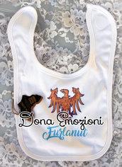 """Bavaglino bianco per bebè con aquila del Friuli e scritta """"furlanut"""" (bimbo friulano), in cotone organico."""