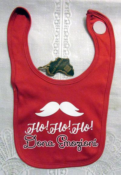 """Bavaglino rosso per bebè con scritto """"Ho Ho Ho"""" e un paio di baffi, in cotone organico."""