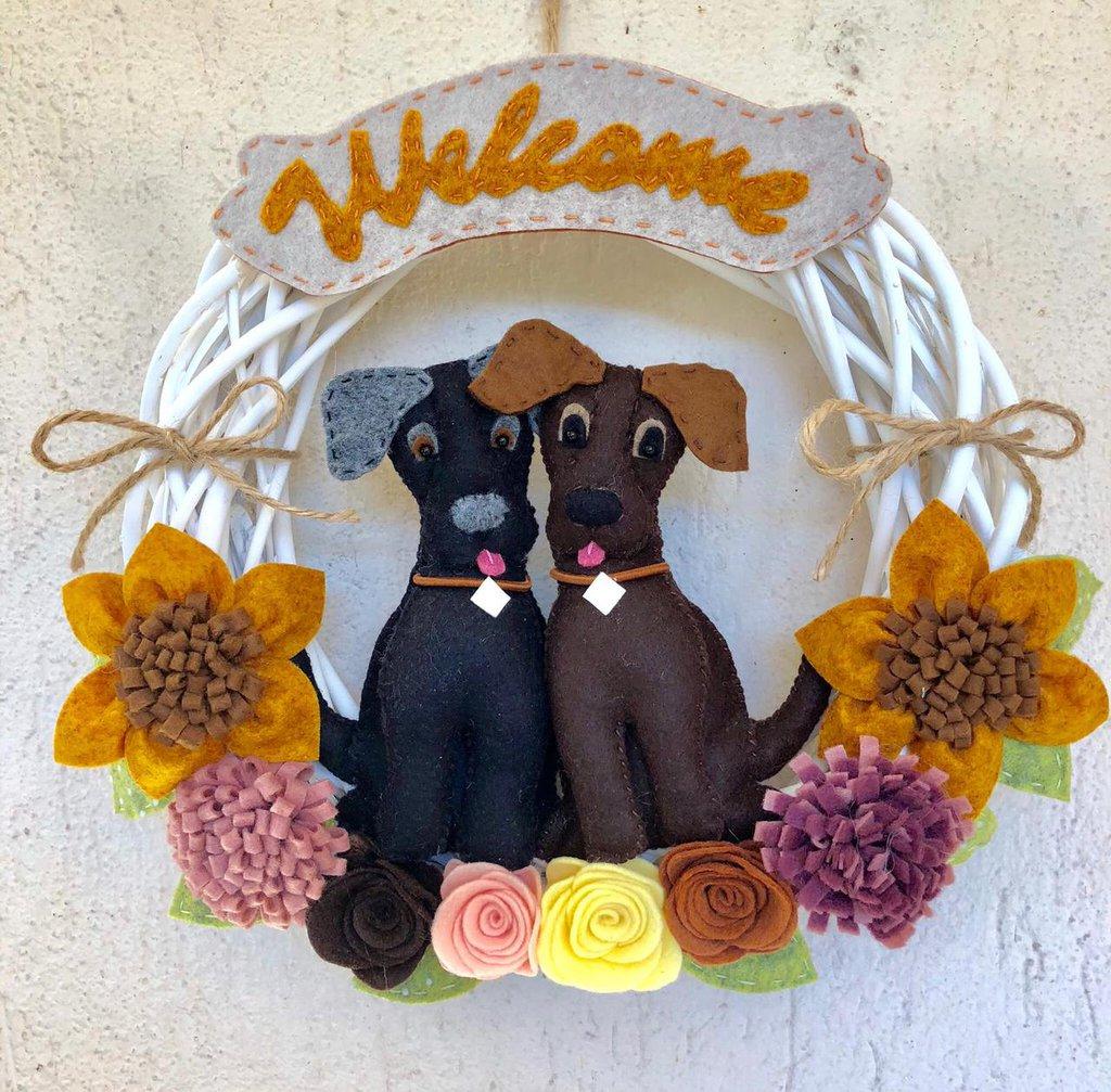 Ghirlanda di benvenuto con cani e fiori di feltro