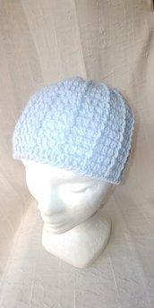 Berretto di lana di  colore celeste per bambino realizzato a uncinetto con lavorazione a rilievo