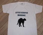 """T-shirt unisex con gatto """"attenzione mordo"""""""