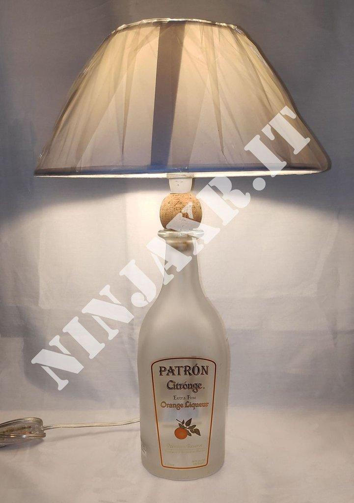 Lampada arredo da tavolo bottiglia vuota Patron Citronge riciclo creativo riuso arredo design idea regalo