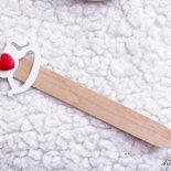 Bomboniere Segnalibro eleganti e raffinate realizzate con un dolcissimo Cavallo a dondolo bianco e un cuoricino rosso in fimo