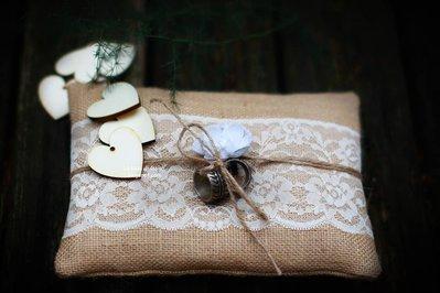 Cuscino per fedi in juta e pizzo valencienne rustico elegante