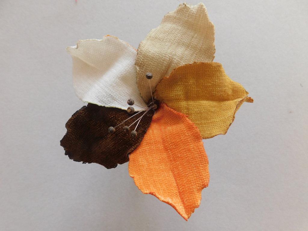 spilla con fiore di stoffa mod.autunno