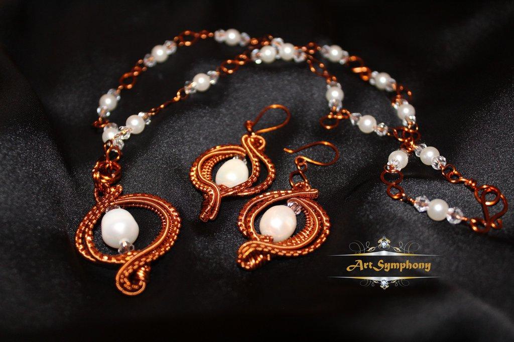 Set ciondolo, collana e orecchini di rame con filo avvolto, perle di fiume bianche, perle di acrilico bianche e perle di vetro trasparente