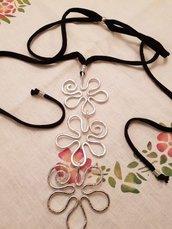 Collana in fettuccia regolabile con fiori pendenti in alluminio battuto