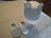 Completino bebe' copricapo e scarpine crochet celeste.