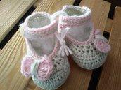 Scarpine baby crochet con fiocchetto rosa.