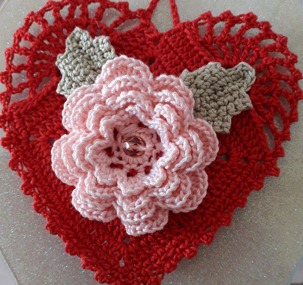 Cuore con rosa decorazione.