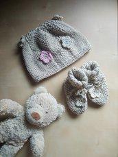 cappello neonata uncinetto lana fatto a mano -  berretta e scarpine beige con fiori rosa azzurro