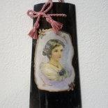 Coppo in vetro a decoupage con tecnica del marmo nero in stile gregoriano e applicazione di un fiocchetto rosa antico