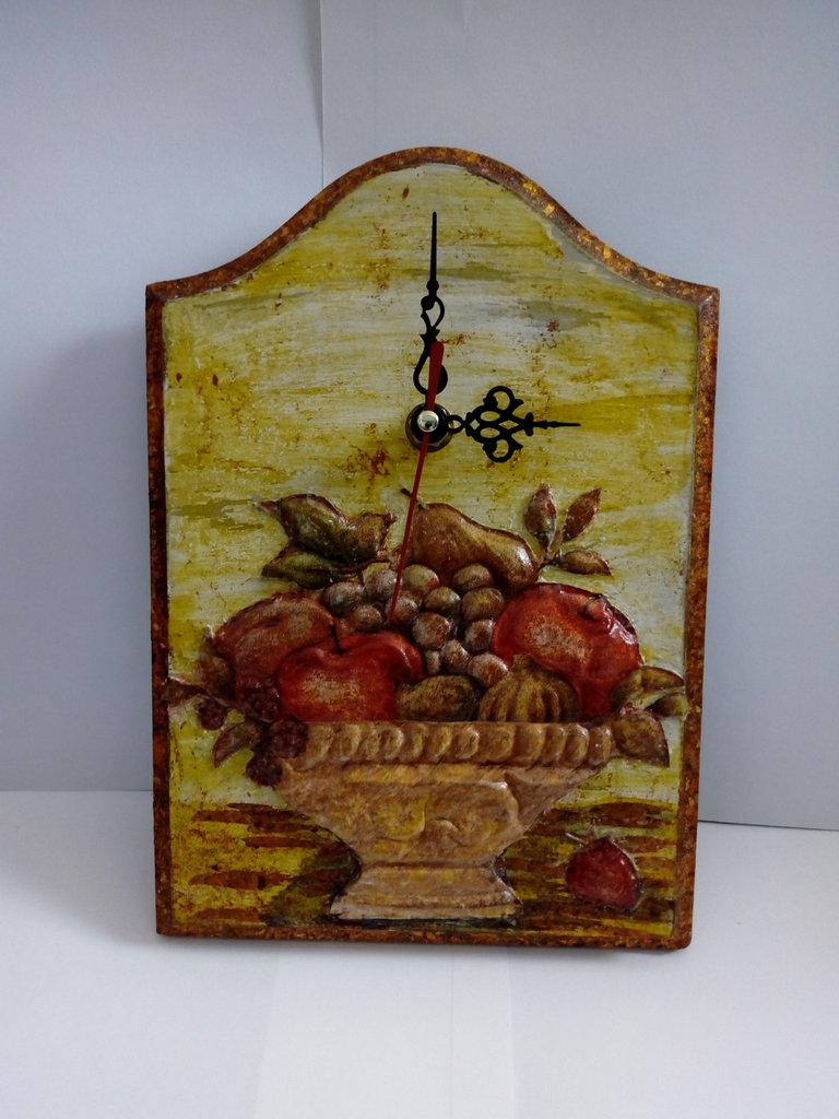 orologio a decoupage con tecnica dello sbalzo su rame con sfondo shabby e cornice foglia rame
