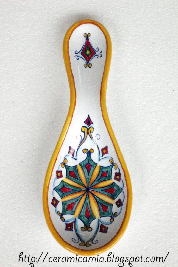 Poggiamestolo dipinto su ceramica