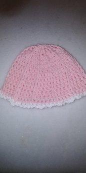 Grazioso cappelino di lana rosa da neonata realizzato a mano a uncinetto a punto a rilievo